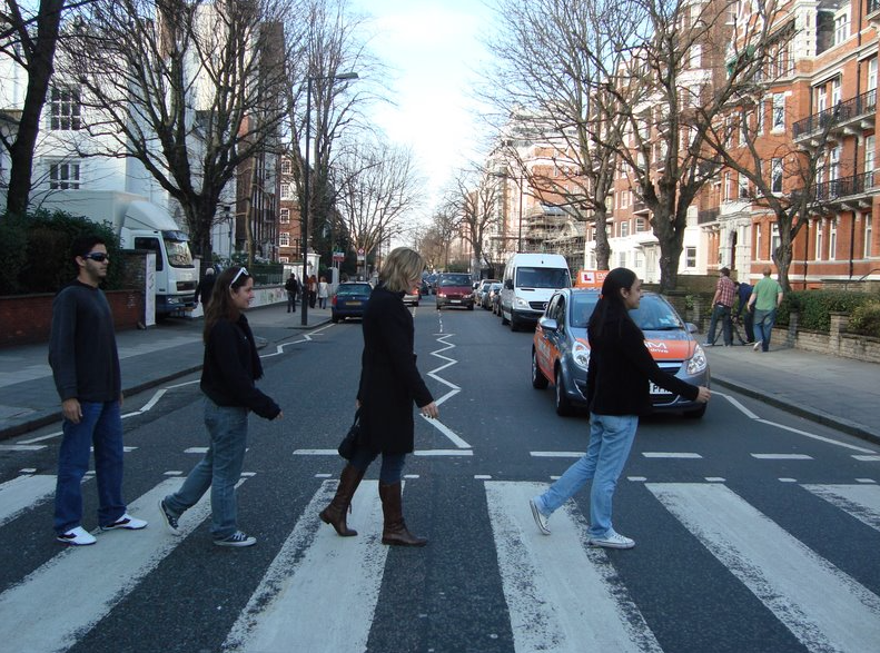 brincando de capa do CD do Beatles in London