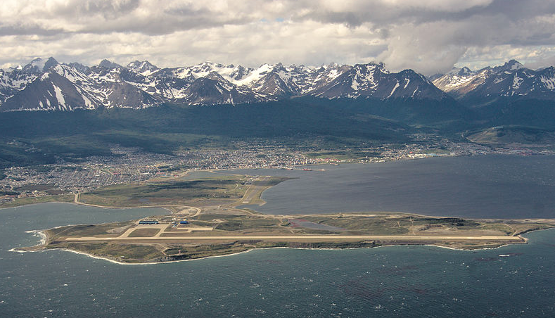 Foto by Alexander Klink  http://commons.wikimedia.org/wiki/File:Ushuaia_Airport_Aerial_Image.jpg