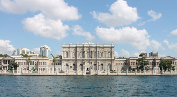 Foto by DavidConFran on https://commons.wikimedia.org/wiki/File:Dolmabah%C3%A7e_Palace.JPG